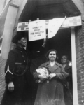 1977-3850 Hulpverlening.(Rhenen). Mensen nemen goederen in ontvangst van de HARK ( Hulp Aktie Rode Kruis).