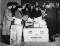 1977-3851 Hulpverlening.(Rhenen). Mensen nemen goederen in ontvangst van de HARK ( Hulp Aktie Rode Kruis).