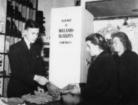 1977-3852 Hulpverlening.(Rhenen). Mensen nemen goederen in ontvangst van de HARK ( Hulp Aktie Rode Kruis).