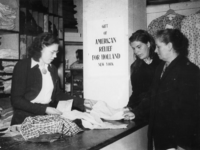 1977-3853 Hulpverlening.(Rhenen). Mensen nemen goederen in ontvangst van de HARK ( Hulp Aktie Rode Kruis).