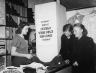 1977-3854 Hulpverlening.(Rhenen). Mensen nemen goederen in ontvangst van de HARK ( Hulp Aktie Rode Kruis).