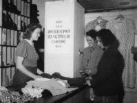 1977-3855 Hulpverlening.(Rhenen). Mensen nemen goederen in ontvangst van de HARK ( Hulp Aktie Rode Kruis).