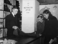 1977-3856 Hulpverlening.(Rhenen). Mensen nemen goederen in ontvangst van de HARK ( Hulp Aktie Rode Kruis).