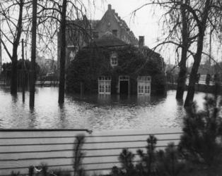 1977-3863 Overstromingen in Rotterdam en omstreken in de nacht van 31 januari op 1 februari 1953. De onder water ...
