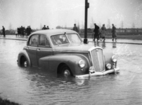 1977-3866 Een combinatie van zeer zware storm en springvloed veroorzaakt een watersnoodramp. Ook in Rotterdam zijn er ...