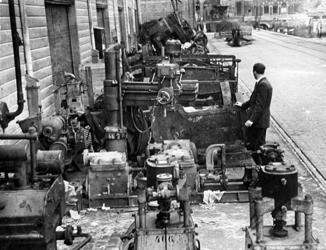 2001-1929 Machines die door de Duitsers waren weggevoerd, zijn teruggebracht in de Rotterdamse haven.
