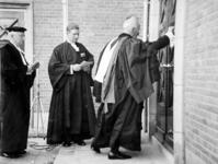2001-2319 De right reverend van de Schotse Kerk, G. Johnstone Jeffrey, bonkt op de deur van het nieuwe kerkgebouw aan ...