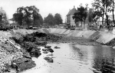 VII-140-06-02 Gezicht op de Blaak tijdens het dempen met puin van verwoeste huizen en gebouwen als gevolg van het ...