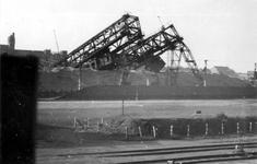 XXXIII-644-2 Gezicht in de Maashaven aan de noordzijde met verwoestingen veroorzaakt door de Duitse Wehrmacht.