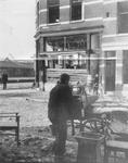 XXXIII-644-5 Gezicht in de Lombokstraat met verwoest hoekpand als gevolg van de havenverwoestingen van Maas en ...