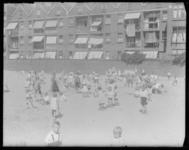 2004-1999-01 Kinderen spelen in het zand op een zomerse dag. Op de achtergrond woningen.