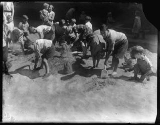 2004-1999-07 Spelende en scheppende jonge kinderen in het zand van een speelterrein op een zonnige dag. Onbekende locatie.
