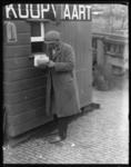 2004-2002-02 Langs de kade Een man met documenten bij het loket van de Koopvaart.