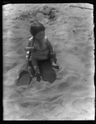 20041999-09 Portret van een klein meisje met een schep in het zand van een speelterrein op een zonnige dag. Onbekende ...