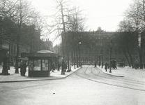 1981-167 Gezicht op het postkantoor en links het tramstation aan het Beursplein.