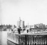 2005-317-346-11 Leden van de familie Stahl-Van Hoboken tijdens een van hun vele (handels)reizen. Hier: op de ...