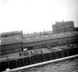 2005-317-82 Vanaf een schip gefotografeerd: het landverhuizers-hotel van de NASM aan de Wilhelminkade, Rijnhaven N.z.