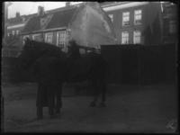 2007-2565-15 Een paard en zijn begeleider op de wagenplaats van de firma Tromp en Rueb, Azijnmakerij 'De Dubbele ...