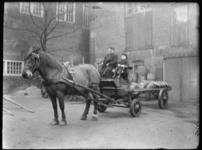 2007-2565-17 Een paard en sleperswagen met vaten azijn op de wagenplaats van de firma Tromp en Rueb, Azijnmakerij 'De ...