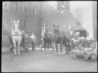 2007-2565-20 Verschillende paarden en sleperswagens met vaten azijn op de wagenplaats van de firma Tromp en Rueb, ...
