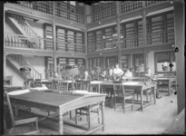2007-2543-06 Studenten in de bibliotheek of leeszaal van de Nederlandsche Handels-Hoogeschool aan de Pieter de Hoochweg.