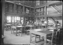 2007-2543-07 Studenten in de bibliotheek of leeszaal van de Nederlandsche Handels-Hoogeschool aan de Pieter de Hoochweg.