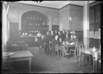 2007-2543-08 Studenten in het restaurant of koffieruimte van de Nederlandsche Handels-Hoogeschool aan de Pieter de Hoochweg.