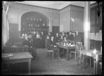 2007-2543-09 Studenten in het restaurant of koffieruimte van de Nederlandsche Handels-Hoogeschool aan de Pieter de Hoochweg.