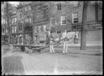 2007-2549-04 Een goederenwagen met paard op de Scheepmakershaven ter hoogte van nr. 31 voor het bijkantoor van de ...
