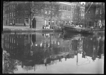 2007-2557-18 De Coolvest met aan de overzijde, de hoek Hofstraat Coolvest. Links vóór het Achterom een vestiging van ...