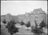 2007-2259-02 Het gebouw van de Rijkskweekschool voor vroedvrouwen aan de Henegouwerlaan. Geopend in 1913.