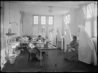 2007-2559-06 De Rijkskweekschool voor vroedvrouwen aan de Henegouwerlaan, een kraamkamer met een aantal bezette bedden ...
