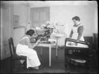 2007-2559-08 De Rijkskweekschool voor vroedvrouwen aan de Henegouwerlaan, twee (leerling) vroedvrouwen met een couveuse ...