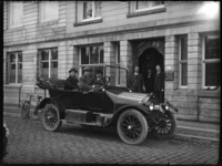 2007-2560-12 Een auto met chauffeur en passagier staat voor de deur van het pand Haringvliet 98 waar een vestiging was ...