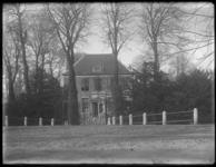 2007-2560-19 De oprijlaan naar Buitenplaats Schoonoord met Huize Schoonoord en daarachter het landgoed in de Muizenpolder.