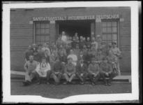 2007-2561-01 Een groepsfoto van medewerkers en medische personeel voor de entree van de locatie aan de Lloydkade waar ...