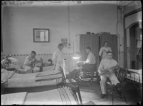2007-2561-07 Een ziekenzaal met een aantal gewonde patienten op de locatie aan de Lloydkade waar tijdens WOI Duitse ...
