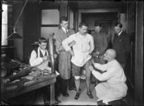 2007-2561-08 Een militair krijgt een prothese aangemeten op de locatie aan de Lloydkade waar tijdens WOI Duitse ...