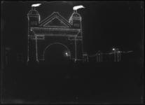 2007-2564-01 Een feestelijk verlichte nagebouwde poort op het Prinsenhoofd ter gelegenheid van het 100-jarig jubileum ...