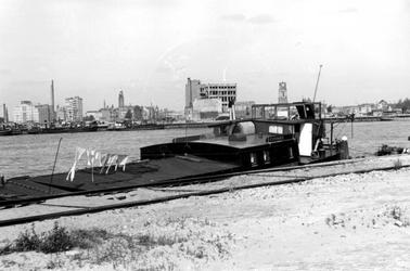 1980-3520 De Nieuwe Maas, de Boompjes en op de achtergrond Rotterdam-Centrum, gezien vanaf de Maaskade.