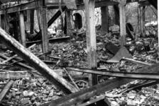 1980-5018 Gezicht op de door het Duitse bombardement van 14 mei 1940 getroffen Zuidblaak, met op nr. 18, bank voor ...
