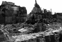 1980-5025 Gezicht op de door het Duitse bombardement van 14 mei 1940 getroffen Zuidblaak bij nr. 18, bank voor handel ...
