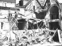1980-5043 Gezicht op de door het Duitse bombardement van 14 mei 1940 getroffen Meent. Met een verwoest deel van het ...