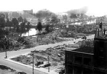 1980-5066 Gezicht vanaf het Erasmushuis op de door het Duitse bombardement van 14 mei 1940 getroffen omgeving van de ...
