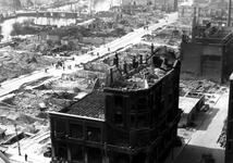 1980-5068 Gezicht vanaf het Erasmushuis op de door het Duitse bombardement van 14 mei 1940 getroffen omgeving van de ...