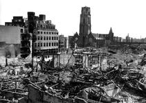 1980-5070 Gezicht vanaf het Erasmushuis op de door het Duitse bombardement van 14 mei 1940 getroffen omgeving van de ...