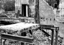 1980-5084 Als gevolg van het Duitse bombardement van 14 mei 1940: de restanten aan de Zuidblaak nr. 18, bank voor ...