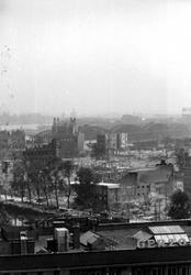 1980-5090 Gezicht op de door het Duitse bombardement van 14 mei 1940 getroffen omgeving van de Blaak. Met op de ...