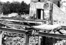 1980-5117 Als gevolg van het Duitse bombardement van 14 mei 1940. De restanten aan de Zuidblaak op nr. 18, bank voor ...