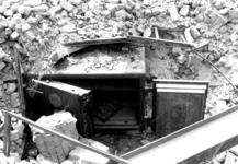1980-5122 Gezicht op de door het Duitse bombardement van 14 mei 1940 getroffen Zuidblaak nr. 18, bank voor handel en ...
